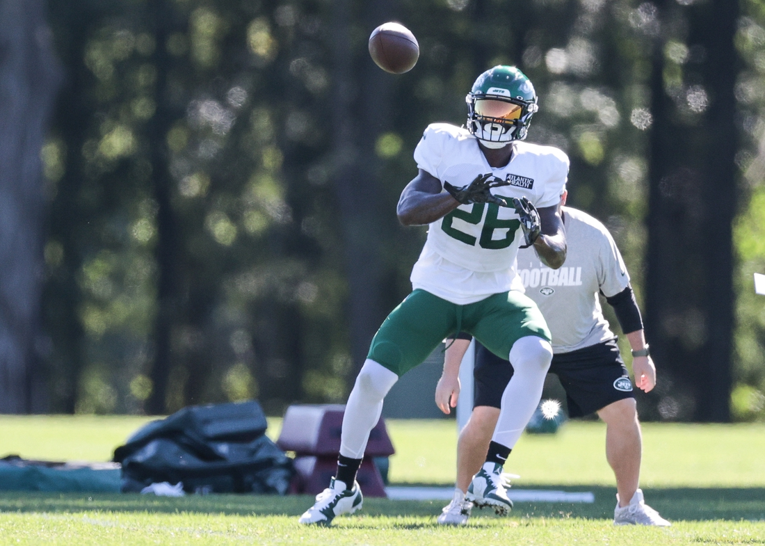 Aug 20, 2020; Florham Park, New Jersey, USA; New York Jets running back Le'Veon Bell (26) catches the ball during training camp at Atlantic Health Center.  Mandatory Credit: Vincent Carchietta-USA TODAY Sports