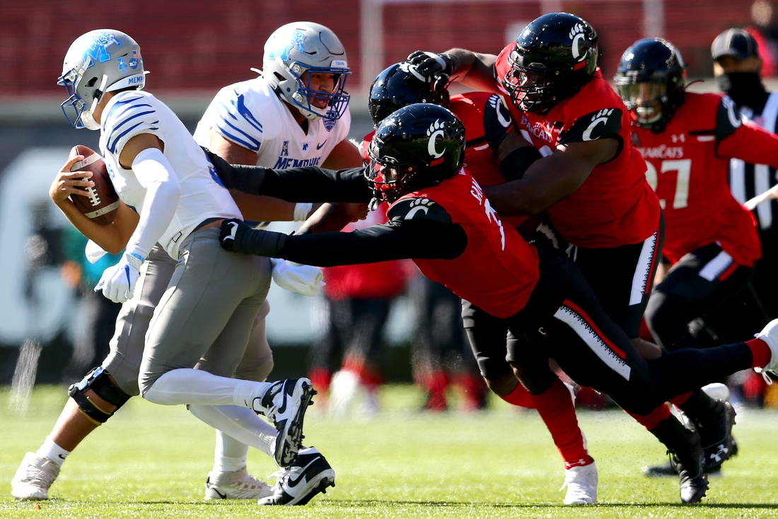 Oct 31, 2020; Cincinnati, OH, USA; *Cincinnati Bearcats defensive end Myjai Sanders (21)and the Cincinnati Bearcats defense chase Memphis Tigers quarterback Brady White (3) out of the pocket during the second quarter of a college football game, Saturday, Oct. 31, 2020, at Nippert Stadium in Cincinnati. The Cincinnati Bearcats lead 21-10.  Mandatory Credit: Kareem Elgazzar-USA TODAY NETWORK