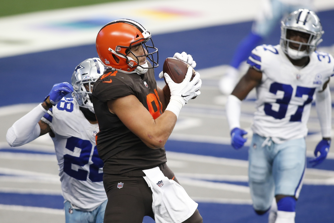 Oct 4, 2020; Arlington, Texas, USA; Cleveland Browns tight end Austin Hooper (81) catches a touchdown pass while defended by Dallas Cowboys cornerback Daryl Worley (28) in the second quarter at AT&T Stadium. Mandatory Credit: Tim Heitman-USA TODAY Sports