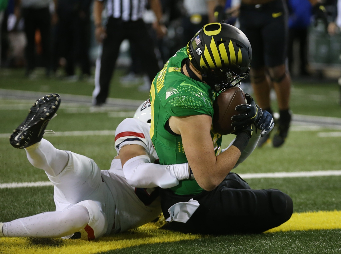 Oregon's Terrance Ferguson, right, scores on a pass play from Anthony Brown Jr. during the second quarter against Arizona.  Eug 0922521 Uo Az 10