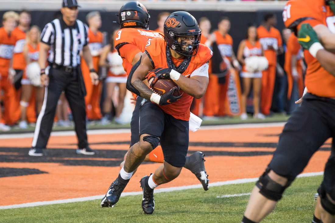Oct 2, 2021; Stillwater, Oklahoma, USA;  Oklahoma State Cowboys running back Jaylen Warren (7) runs the ball during the first quarter of the game against the Baylor Bears at Boone Pickens Stadium. Mandatory Credit: Brett Rojo-USA TODAY Sports