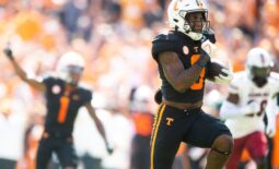 Tennessee running back Tiyon Evans (8) runs for a touchdown during a NCAA football game between the Tennessee Volunteers and the South Carolina Gamecocks at Neyland Stadium in Knoxville, Tenn. on Saturday, Oct. 9, 2021.  Kns Tennessee South Carolina Football Bp