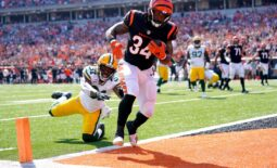 Cincinnati Bengals running back Samaje Perine (34) scores a touchdown as Green Bay Packers safety Adrian Amos (31) defends in the first quarter of a Week 5 NFL football hame, Sunday, Oct. 10, 2021, at Paul Brown Stadium in Cincinnati.  Green Bay Packers At Cincinnati Bengals Oct 10